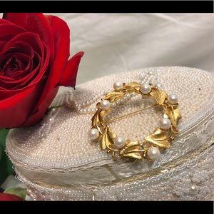🔆 Monet vintage pearl brooch